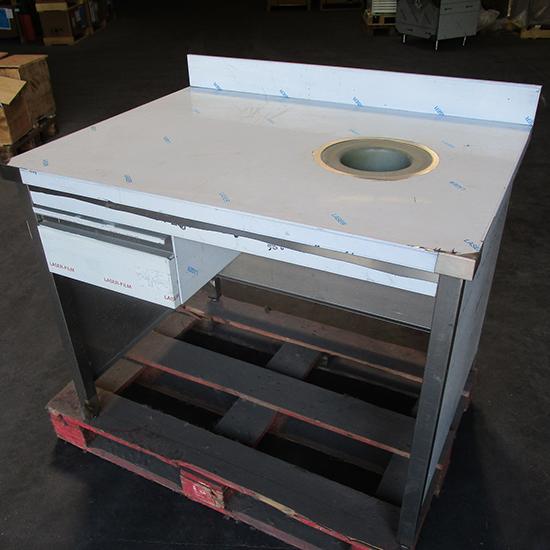 Mesa de trabajo cerrado en tres lados con peto, cajón y agujero para basuras, 1100x700 mm